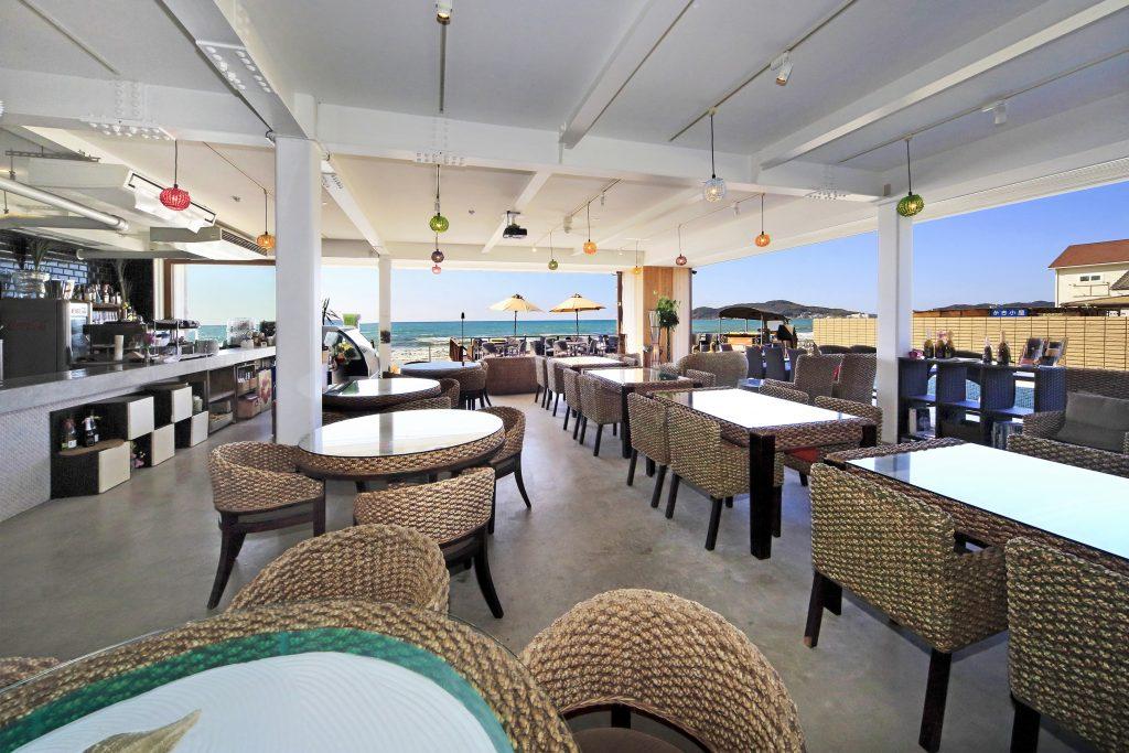 店内や海を見渡す 開放的なテラス